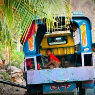 Chłopiec sprzątający ciężarówkę po zakończonym kursie.