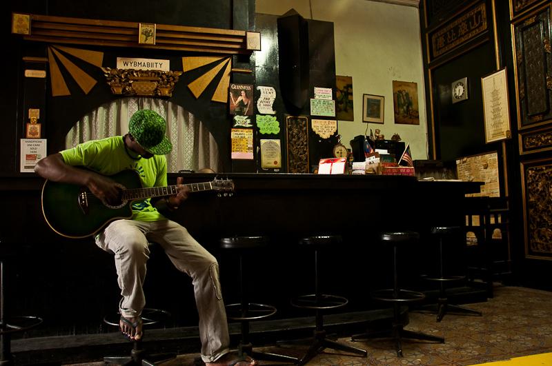 W opuszczonym barze zapomianego hotelu, Malacca, Malezja